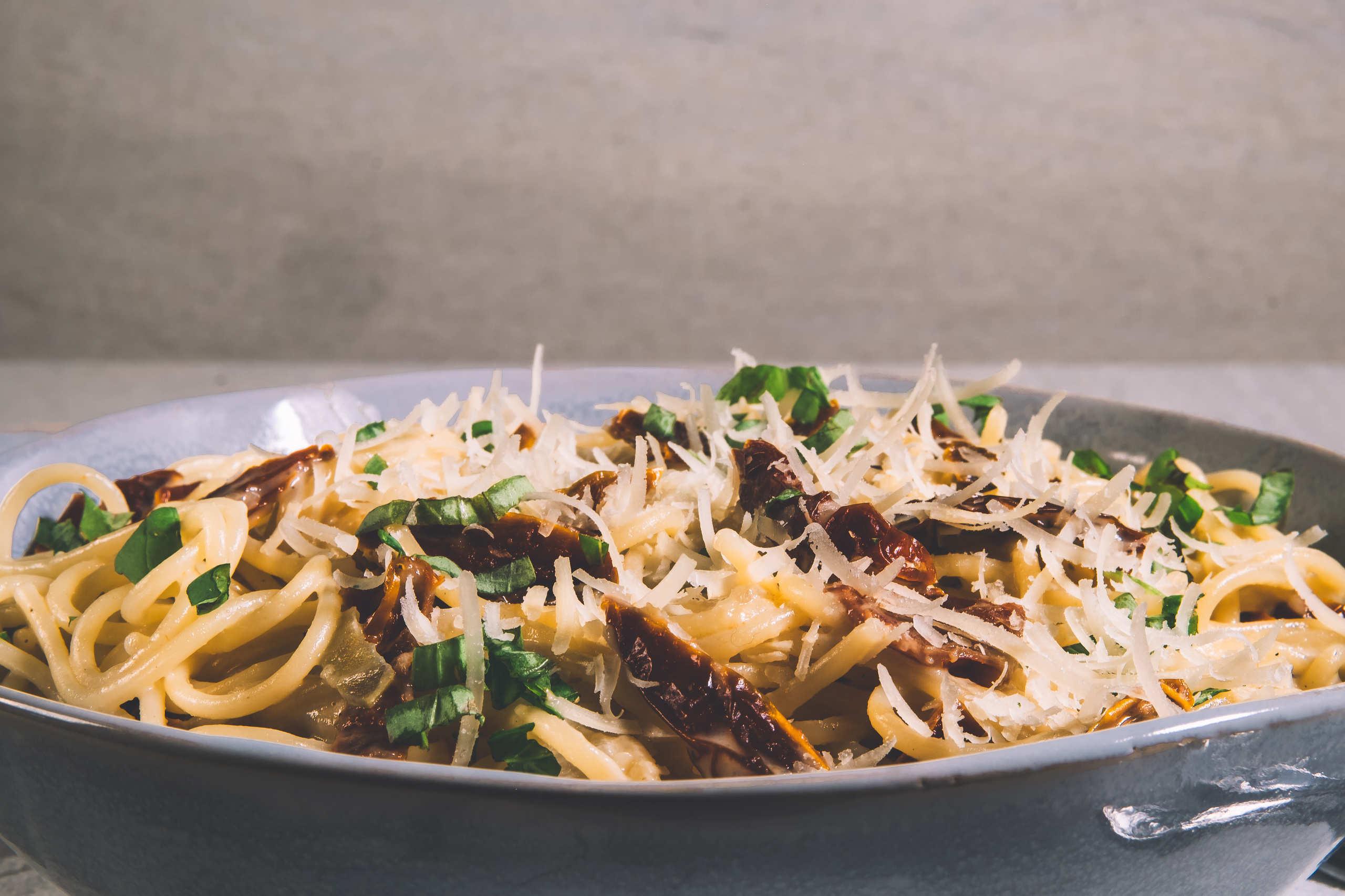 Vegansk spagetti carbonara med soltorkade tomater