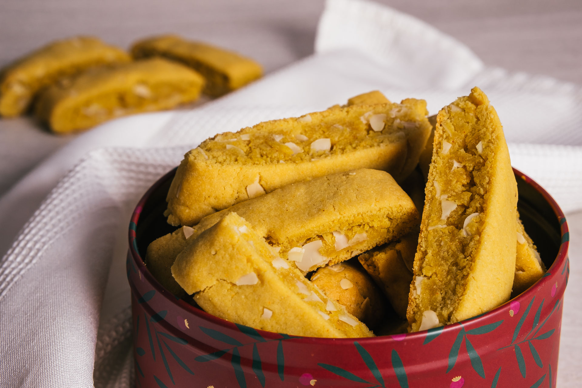 Vegan saffron biscotti cookie with almonds recipe