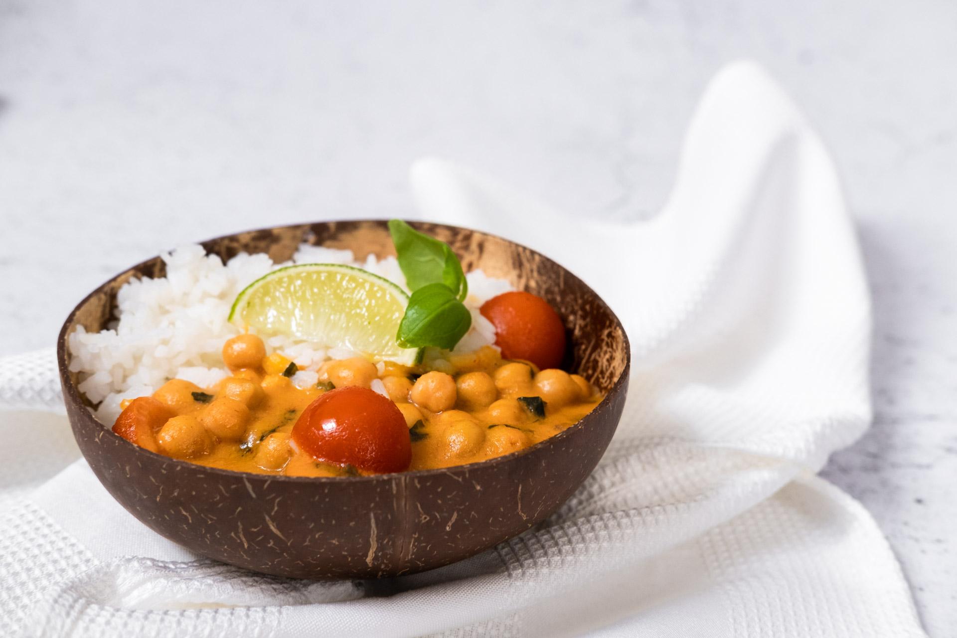 Vegansk kikärtsgryta med currypasta kokosmjölk och basilika