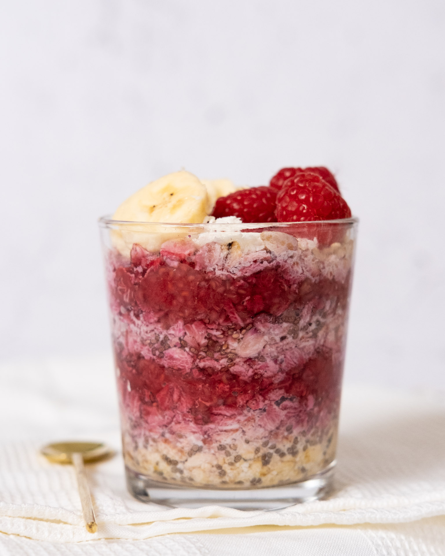 overnight oats with raspberry and vanilla