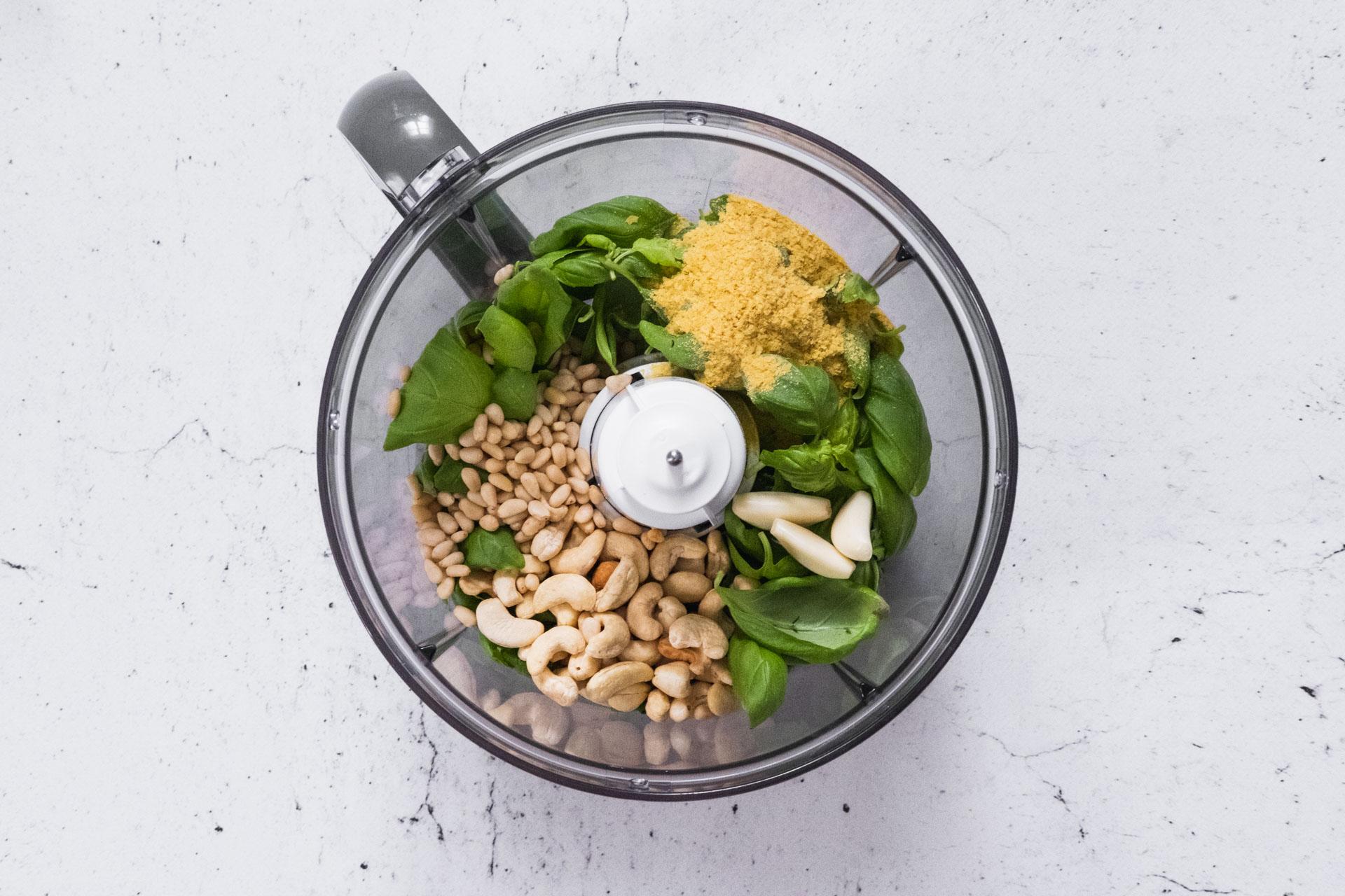 Vegansk pesto med cashewnötter basilika bjäst näringsjäst