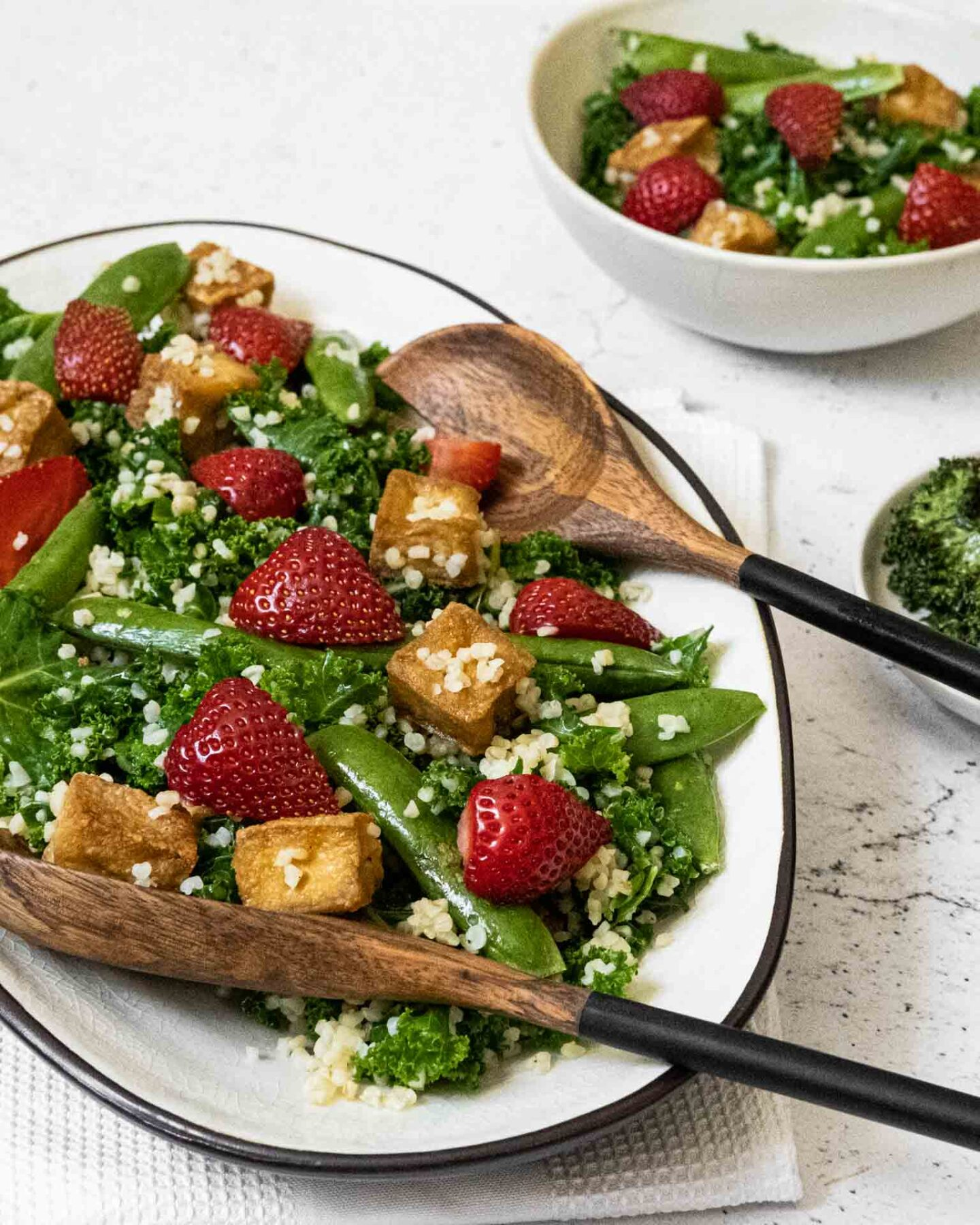 Vegansk sallad med grönkål, jordgubbar, ärtor och tofu